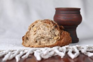 8772172-bread-and-chalice-with-wine-shallow-dof-copy-space